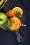Smoothie апельсина моркови здоровое lifestile принципиальная схема надевает забывает гловальный греть зеленого цвета t Стоковое Изображение