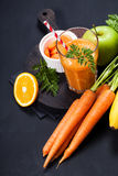 Smoothie апельсина моркови здоровое lifestile принципиальная схема надевает забывает гловальный греть зеленого цвета t Стоковая Фотография RF