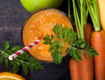 Smoothie апельсина моркови здоровое lifestile принципиальная схема надевает забывает гловальный греть зеленого цвета t Стоковые Изображения