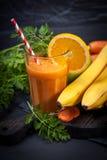 Smoothie апельсина моркови здоровое lifestile принципиальная схема надевает забывает гловальный греть зеленого цвета t Стоковое фото RF