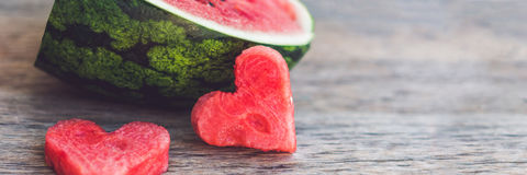 Smoothie арбуза ЗНАМЕНИ здоровый с мятой, частью арбуза, сердцами и striped соломой на формате деревянной предпосылки длинном Стоковая Фотография