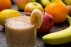 Smoothie банана в стекле на древесине Стоковые Фотографии RF