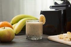 Smoothie банана в стекле на древесине Стоковые Фото