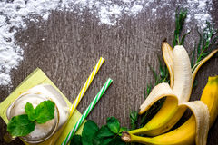 Smoothie банана и свежий банан на деревянном столе Стоковое Изображение RF