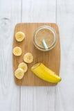 Smoothie банана на белой древесине Стоковое Изображение
