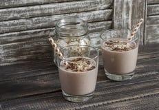 Smoothie банана, овсяной каши и шоколада На темной деревенской деревянной предпосылке Здоровое питье Стоковые Изображения