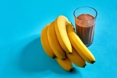 Smoothie банана с шоколадом на голубой предпосылке Стоковое фото RF