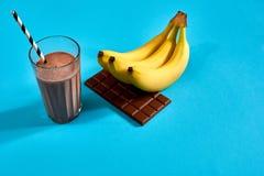 Smoothie банана с шоколадом на голубой предпосылке Стоковые Изображения