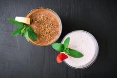 Smoothie голубики с smoothie клубники и банана на темной деревянной предпосылке Свежий milkshake Стоковое фото RF