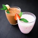 Smoothie голубики с smoothie клубники и банана на темной деревянной предпосылке Свежий milkshake Стоковое Фото