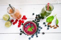 Smoothie голубики, spinachy и оранжевых на деревянной белой предпосылке Стекла smoothie с ягодой и мятой Ягода, лист и lim Стоковая Фотография RF