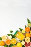 Smoothie и ингридиенты сока цитруса на белизне Стоковые Изображения