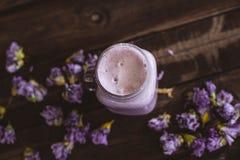 Smoothie клубники и клюквы с высушенными цветками на деревянном столе стоковое фото
