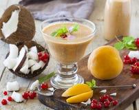 Smoothie кокоса и персика Стоковое Изображение
