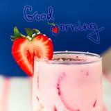 Smoothie клубники с свежей ягодой на белой предпосылке Стоковые Фото