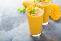 Smoothie манго в высокорослых стеклах Стоковые Фото