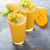 Smoothie манго в высокорослых стеклах Стоковое Изображение RF