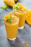 Smoothie манго в высокорослых стеклах Стоковое Фото
