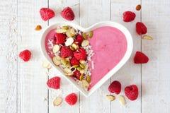 Smoothie поленики в шаре сердца с superfoods, выше на белой древесине Стоковые Изображения