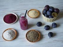 Smoothie сливы с Superfoods на белом деревянном столе Здоровая еда с дополнениями стоковое фото rf