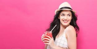 Smoothie счастливой молодой женщины выпивая Стоковое фото RF