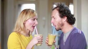Smoothie счастливых пар провозглашать и выпивая плодоовощ видеоматериал
