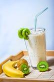 Smoothie с кивиом и бананом Стоковые Изображения