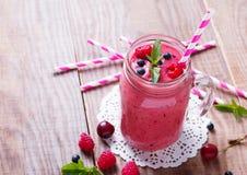 Smoothie с ягодами и плодоовощами лета в стеклянной кружке стоковые изображения