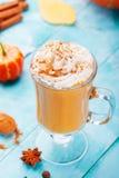 Smoothie тыквы, latte специи с взбитой сливк Предпосылка бирюзы деревянная Стоковое Фото
