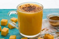 Smoothie тыквы, latte циннамона специи на верхней части на предпосылке бирюзы деревянной Стоковые Изображения RF