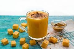 Smoothie тыквы, latte циннамона специи на верхней части на предпосылке бирюзы деревянной Стоковое Изображение RF