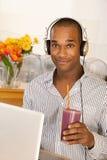 smoothie человека компьтер-книжки стоковое фото rf