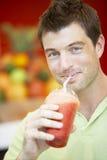 smoothie человека ягоды выпивая стоковые фотографии rf