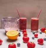 Smoothie ягод клубник в стекле раздражает с красивыми трубками на белом деревянном столе, вокруг расширенного свежего strawbe Стоковые Изображения