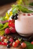 Smoothie ягоды с свежими ягодами и травами лета Стоковые Изображения