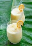 smoothie 2 стекел банана fruity стоковые изображения rf