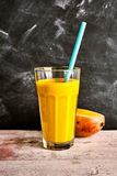 Вкусный smoothie лета свежих манго и югурта Стоковые Фотографии RF