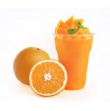 Smoothie anaranjado en el fondo blanco Fotografía de archivo libre de regalías