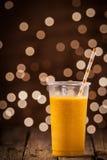 Smoothie anaranjado tropical enfriado del mango Foto de archivo libre de regalías