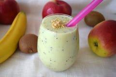 Smoothie apetitoso de la leche con el kiwi y el plátano Imágenes de archivo libres de regalías