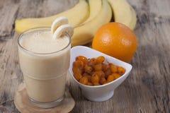 Smoothie av bananen, orange fruktsaft, fryst hav-buckthorn med y Arkivbilder