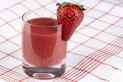 Smoothie av jordgubben på en kökshandduk Royaltyfria Bilder