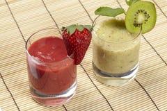 Smoothie av kiwin och jordgubben på ett mattt sugrör Royaltyfria Bilder