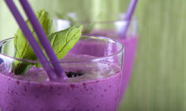 Smoothie avec la fraise, la menthe et la mûre Photo stock