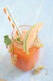 Smoothie avec le melon de cantaloup et les groseilles blanches et le glaçon Photo libre de droits