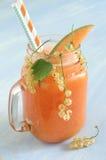Smoothie avec le melon de cantaloup et les groseilles blanches et le glaçon Image libre de droits
