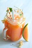 Smoothie avec le melon de cantaloup et les groseilles blanches et le glaçon Photo stock