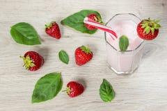 Smoothie avec les fraises et le lait images stock