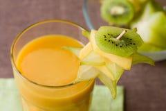 Smoothie avec les fruits tropicaux Images stock
