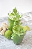 Smoothie avec les légumes organiques photo libre de droits